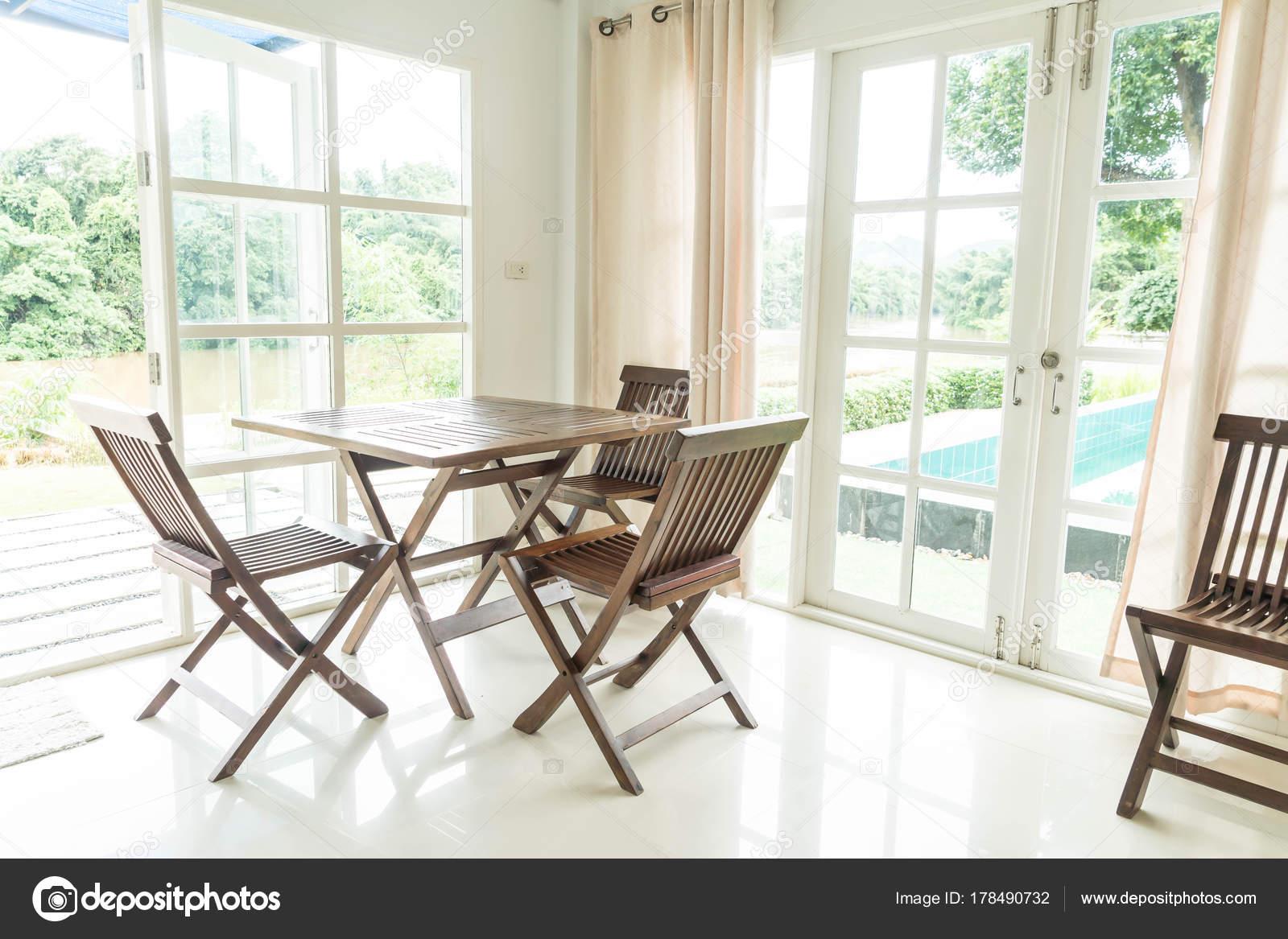 leere Tabelle und Stuhl im Wohnzimmer — Stockfoto © topntp #178490732