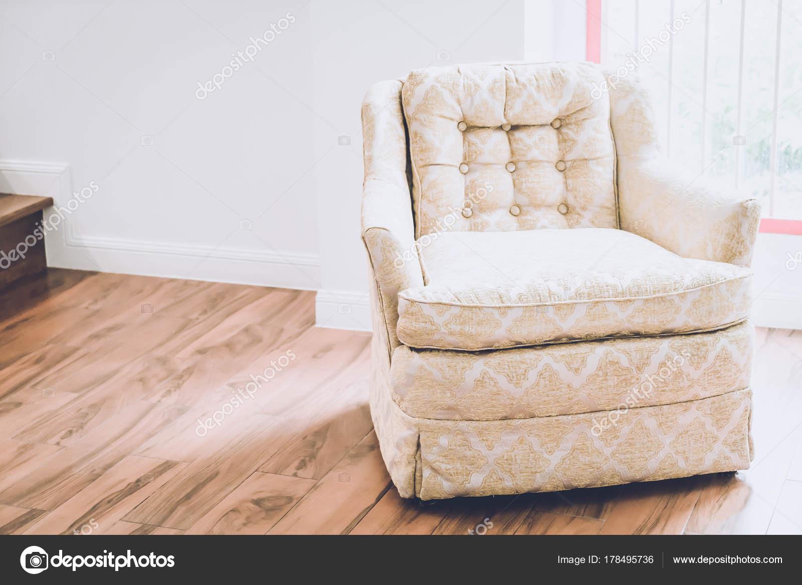 Oude fauteuil decoratie in huis u2014 stockfoto © topntp #178495736