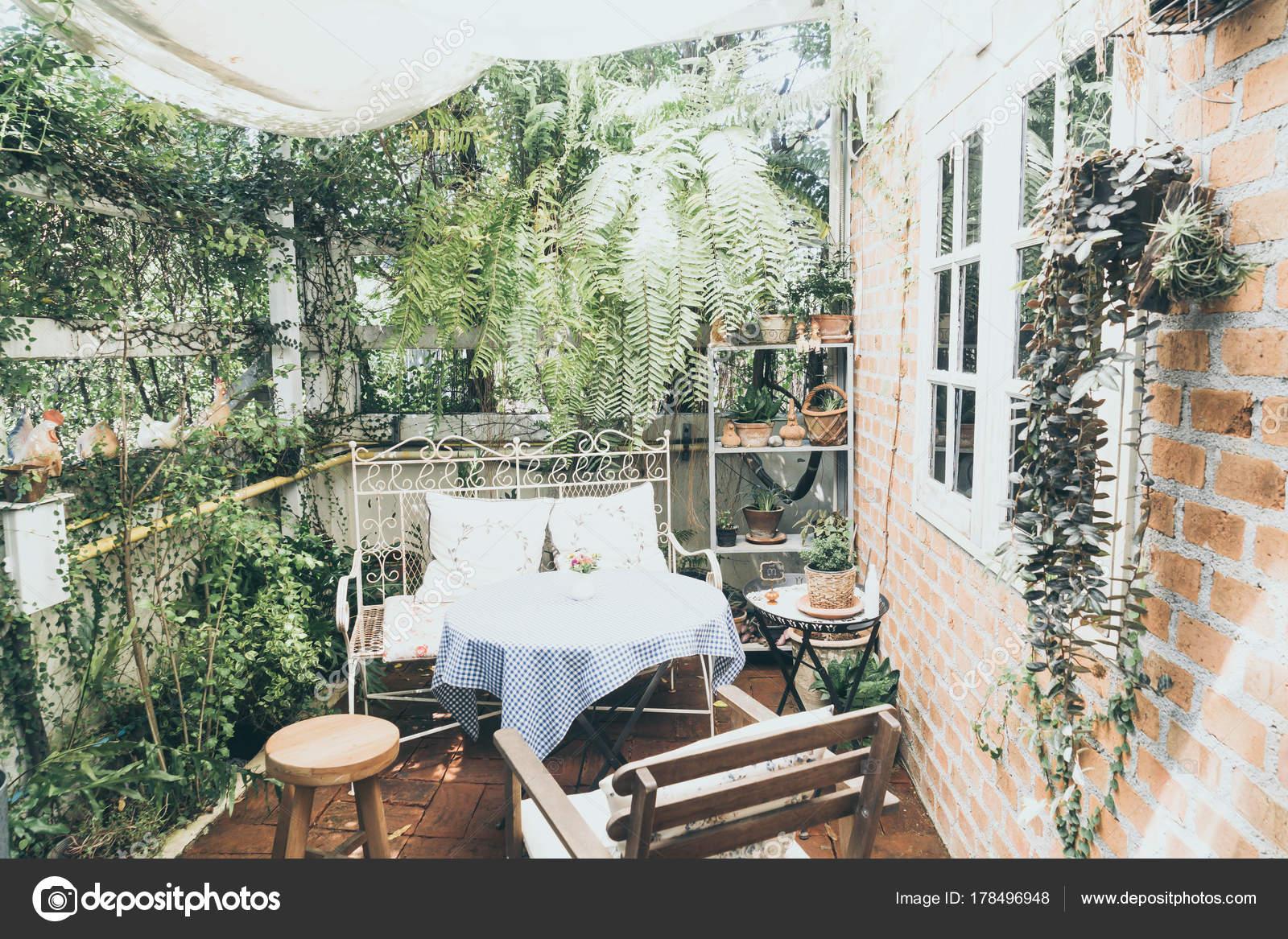 Decoration De Table Et Une Chaise Vide Terrasse Dans Jardin