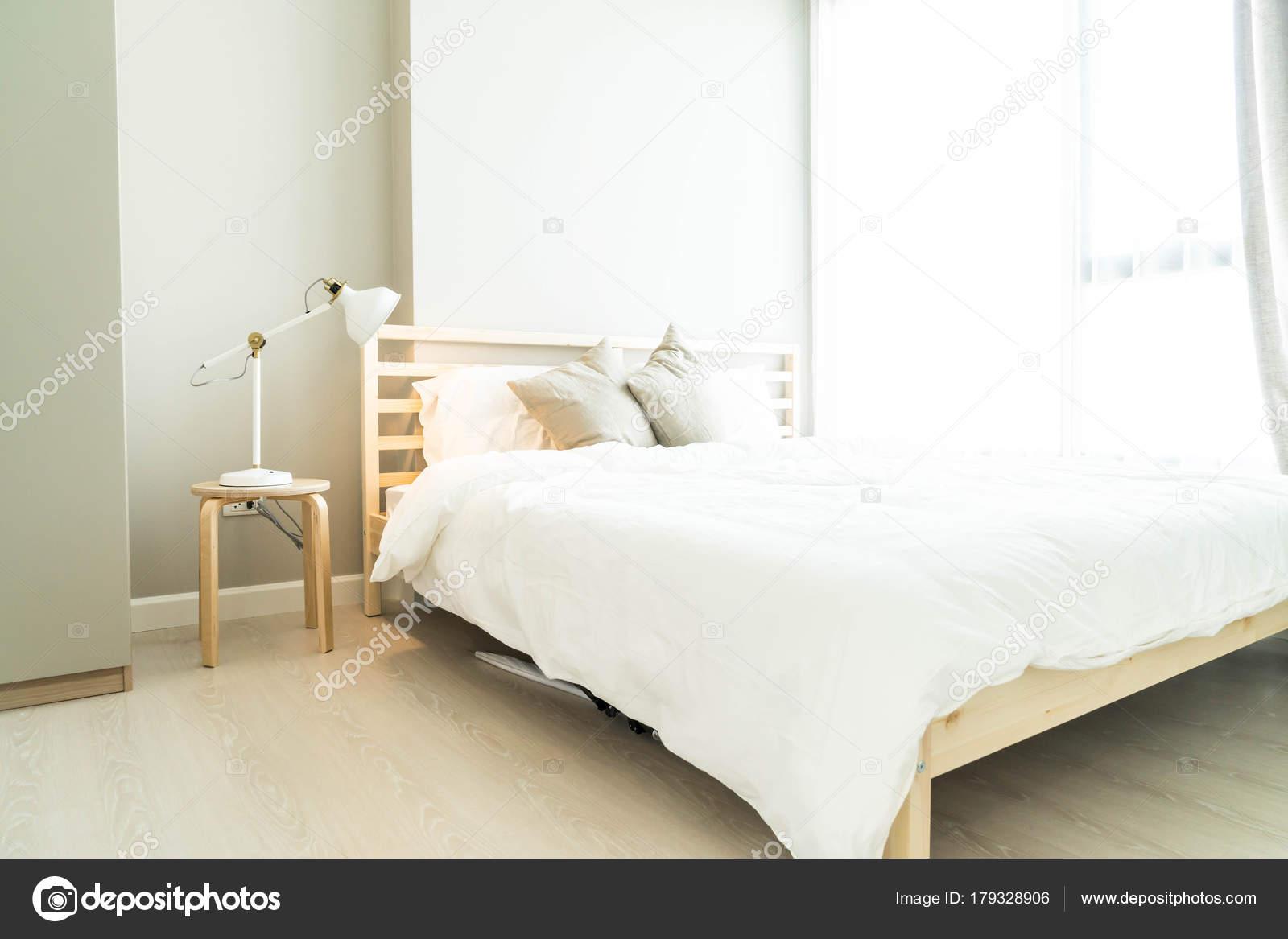 Je Slaapkamer Decoreren : Comfortabel kussen op het bed in de slaapkamer decoratie