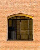 a tégla épület üveg ablak