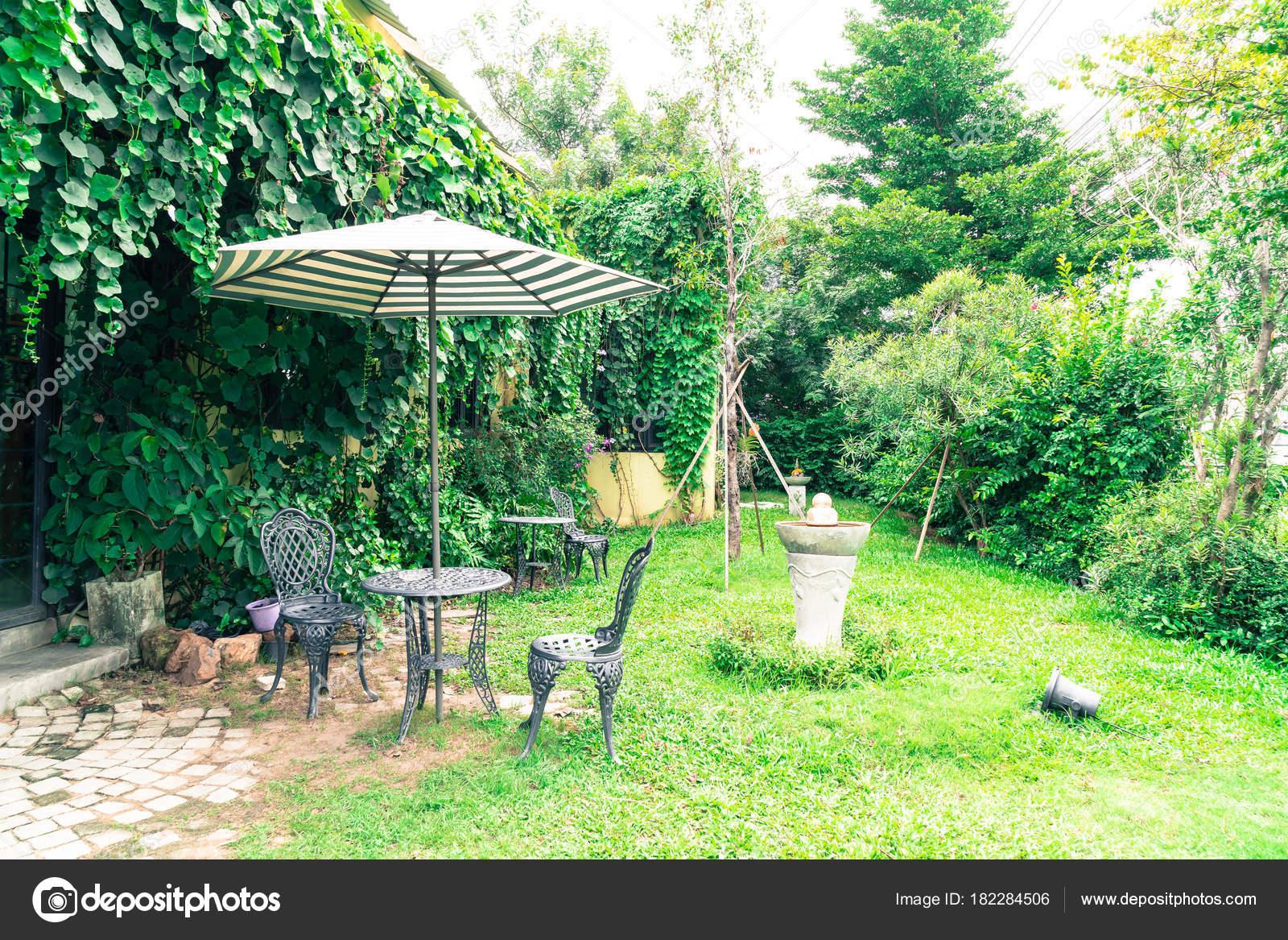 Vintage Outdoor Patiostuhl Im Garten Stockfoto Topntp 182284506