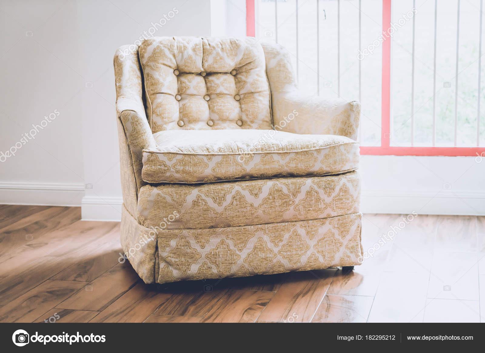 Oude fauteuil decoratie in huis u2014 stockfoto © topntp #182295212