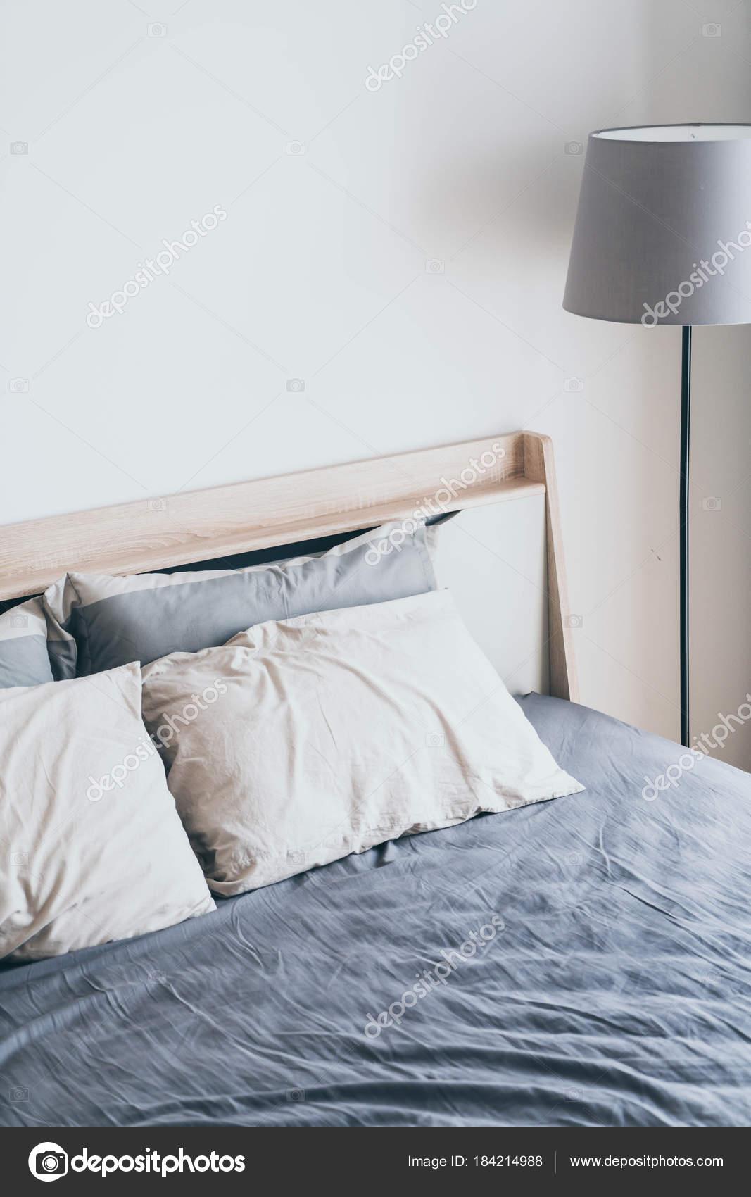 Kussen op het bed in de slaapkamer decoratie — Stockfoto © topntp ...