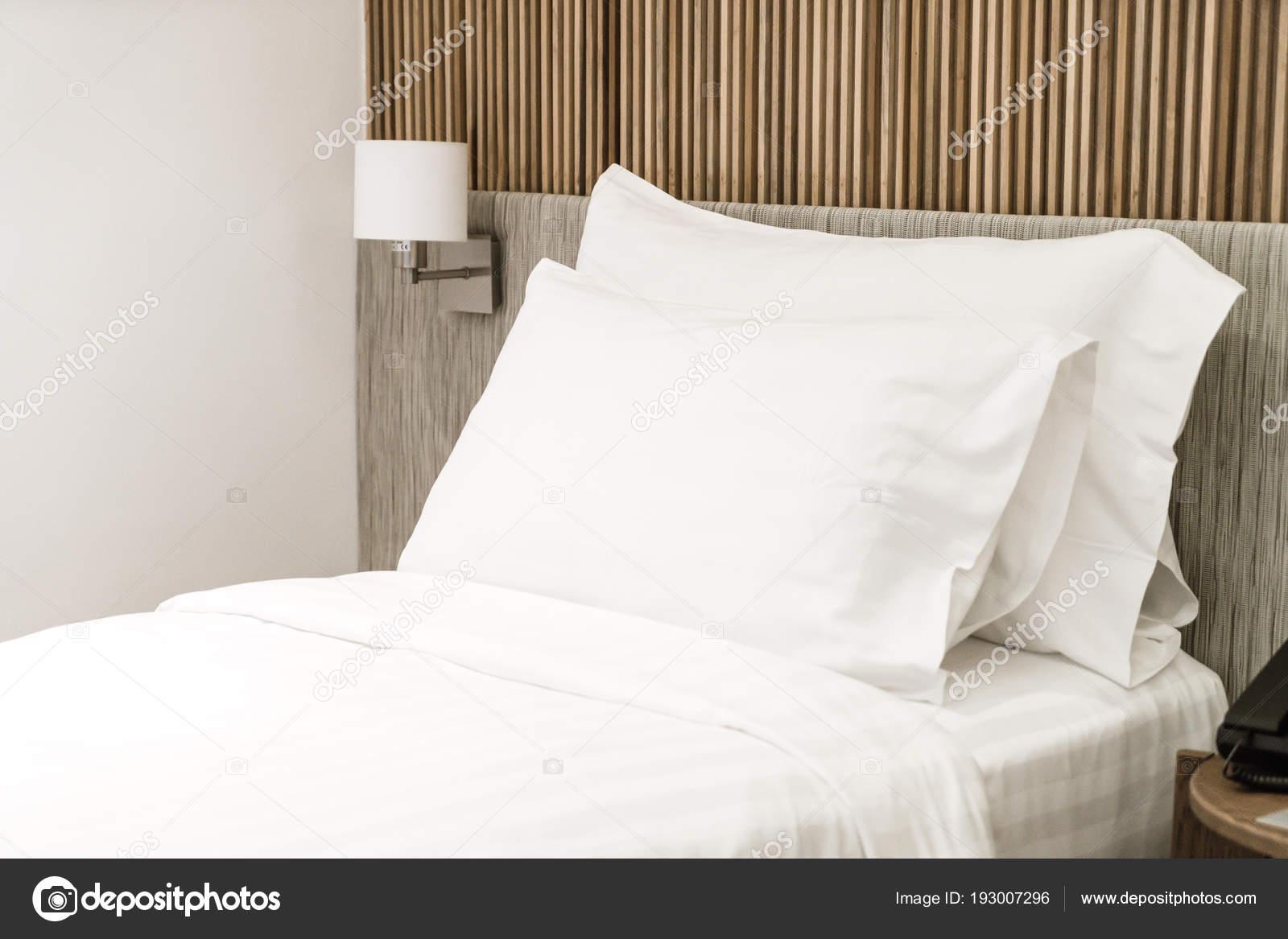 Decorazione Camere Da Letto : Comodo cuscino sulla decorazione del letto in camera da letto