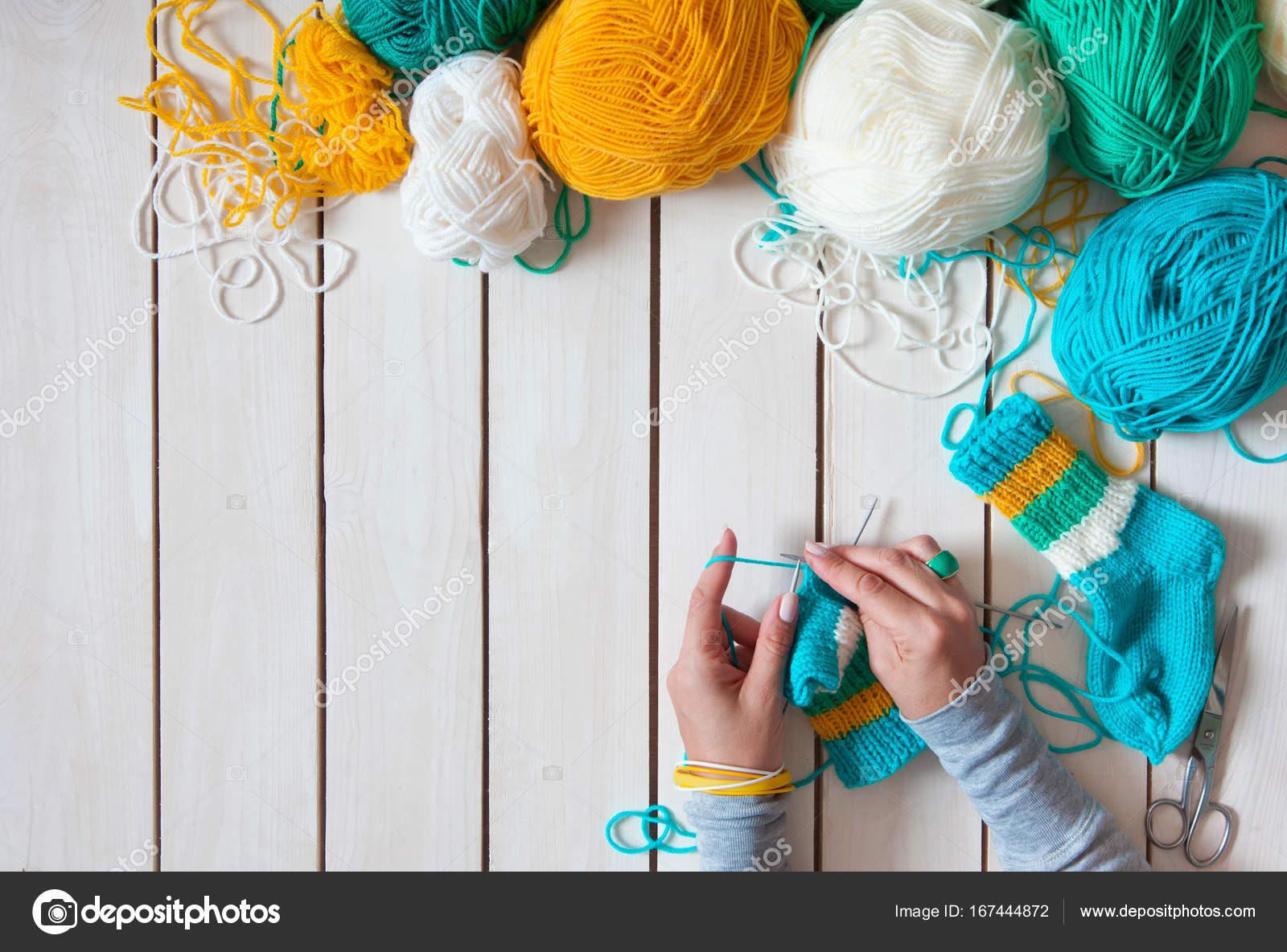 Tejer calcetines bebe | Una mujer teje calcetines de punto con ...