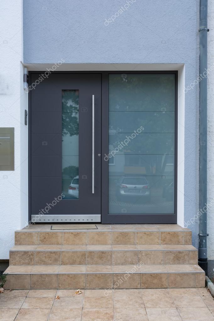 Casa de arquitetura moderna entrada porta janela vidro for Banco para entrada de casa