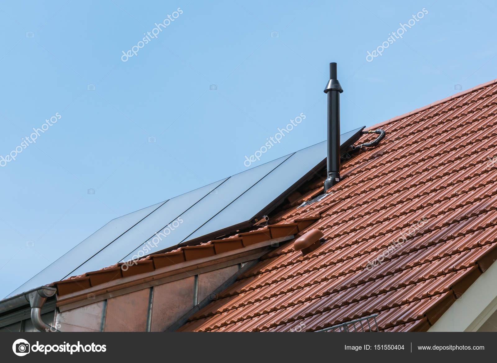 Deutsches Haus Orange Keramikfliesen Solar Wasser Heizung Blauer Himmel Su  U2014 Stockfoto