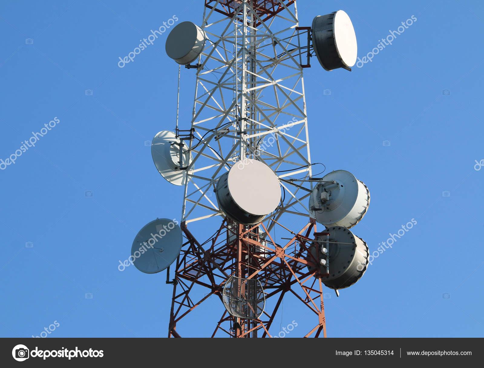 antenne parabolique sur pylône d'antenne de radio télécommunication