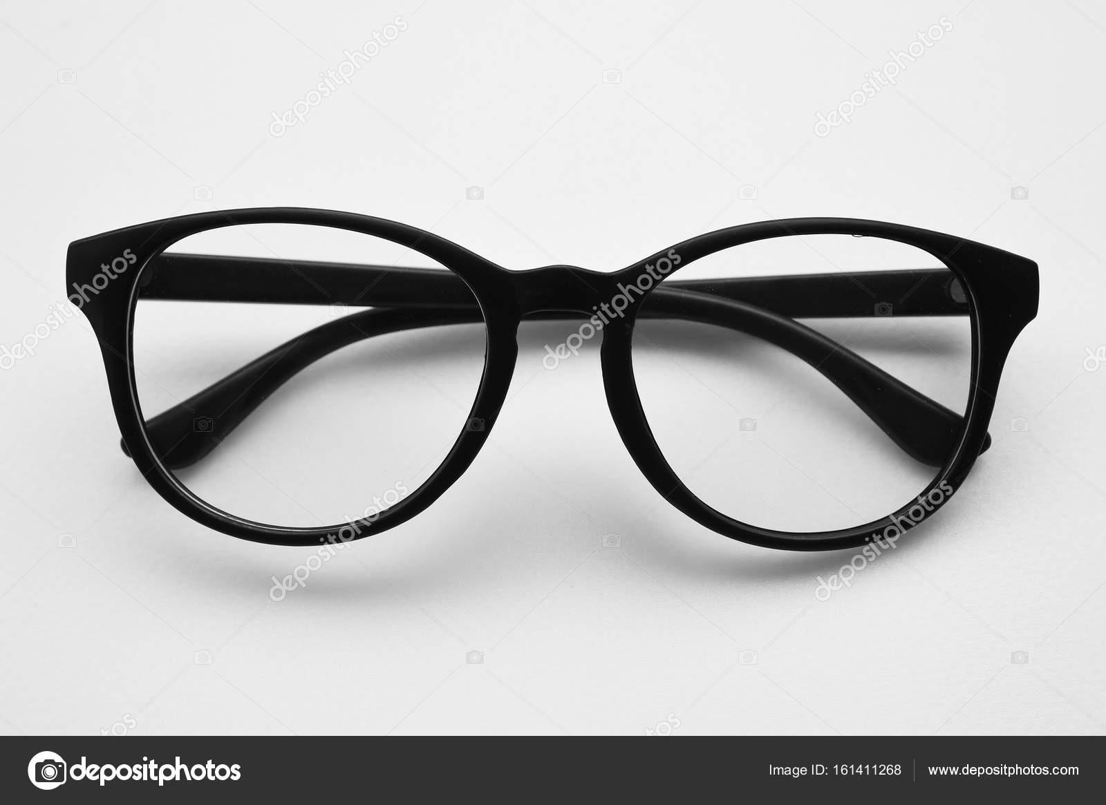 358db09d80 Σύγχρονη μοντέρνα γυαλιά ηλίου που απομονώνονται σε λευκό φόντο — Εικόνα  από aei cei hotmail.com