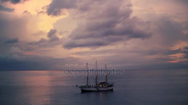 Pirátská loď na moři široký