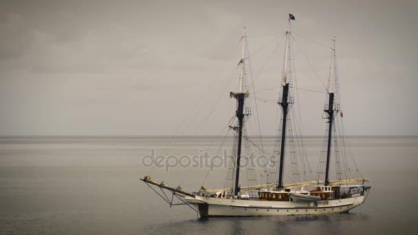 Pirátská loď na moři