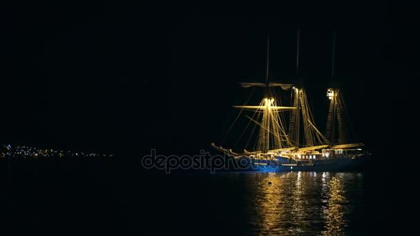 Pirátská loď v noci
