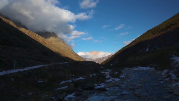 Horská krajina, krásný výhled z vysoké skály, malebné horské soutěsky, maximálně proti modré obloze. Divoké přírody severního Kavkazu, cestování a cestovního ruchu