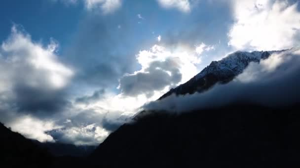 Horská krajina. Pohyb mraků na obloze, krásné hory, pod mraky v malebné rokle. Divoké přírody severního Kavkazu