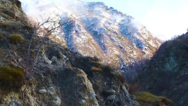 Horská krajina. Tenisky v bílé mraky, krásný výhled malebné soutěsky, panorama s vysokými horami. Povahy ze severního Kavkazu, odpočinek v horách