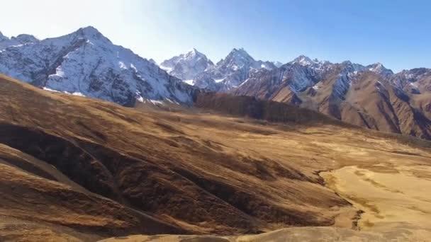 Let v horách. Krásný výhled na horské skály, přírodu severního Kavkazu