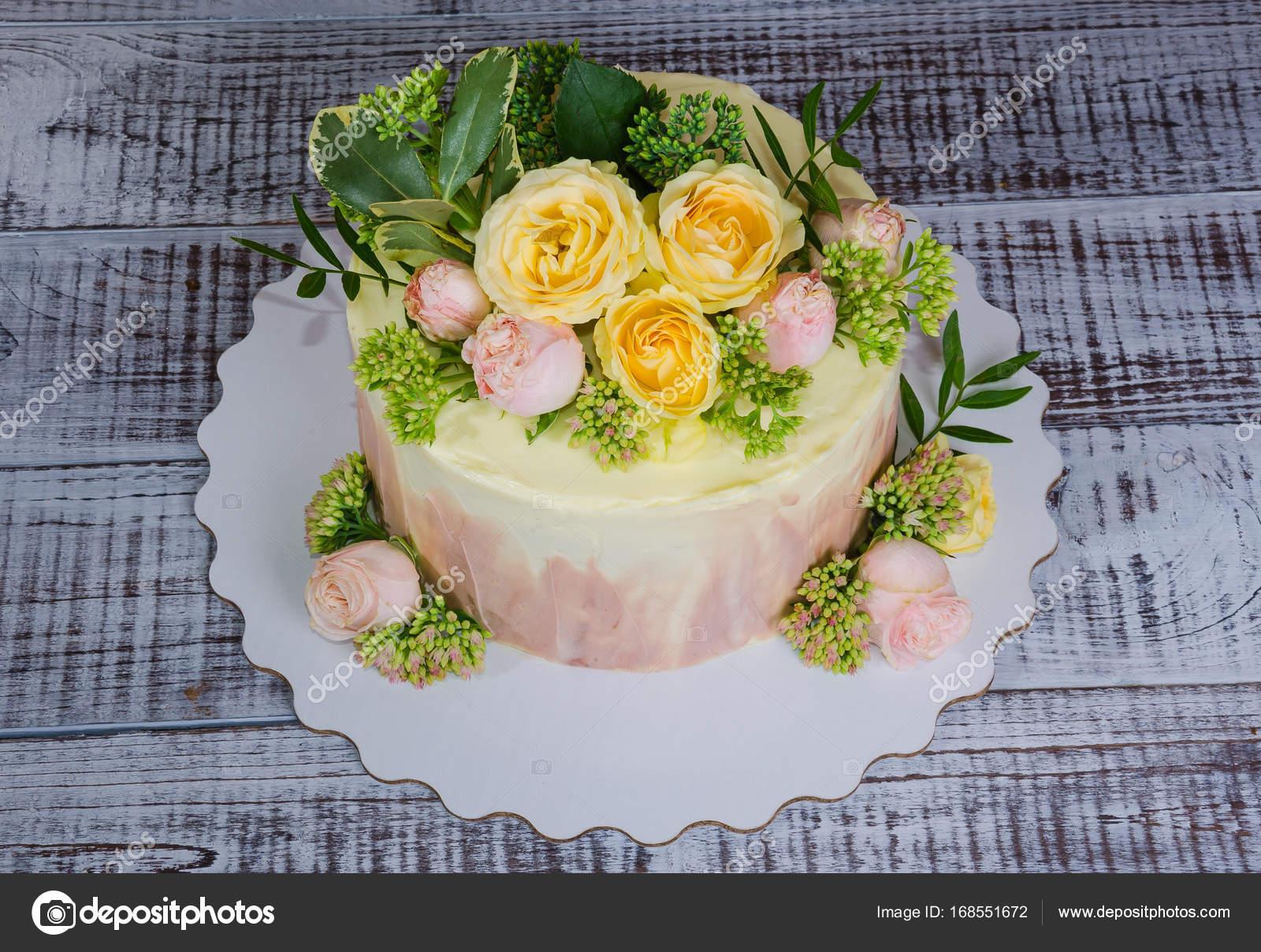 Ombre Hochzeitstorte Verziert Mit Rosen Und Einige Grun Stockfoto