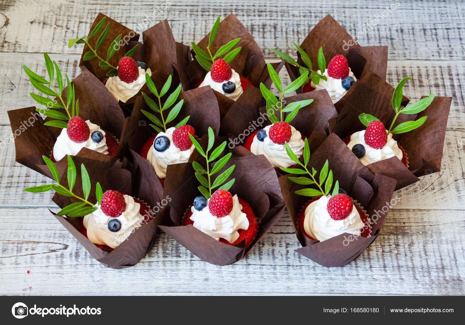 Beere Hochzeitstorte Und Red Velvet Cupcakes Stockfoto C Tusya119