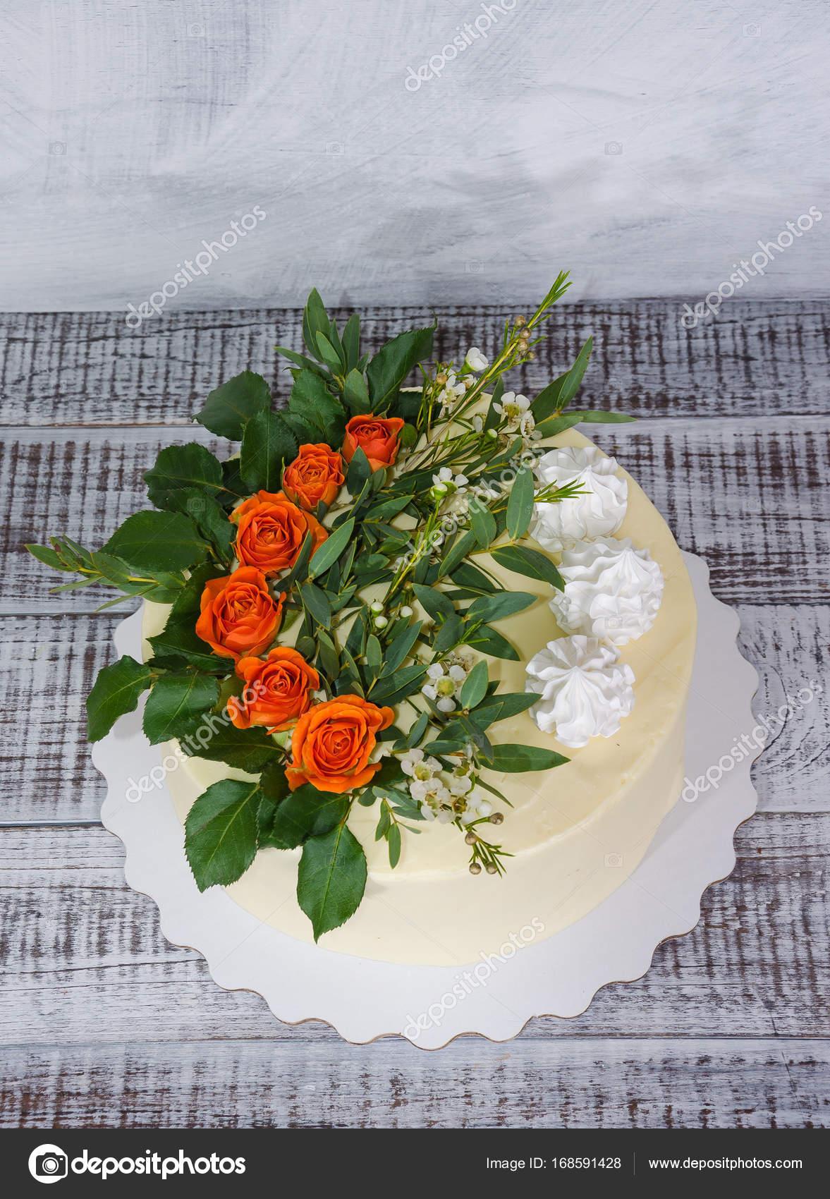 Kase Sahne Vanille Hochzeitstorte Mit Orange Rosen Stockfoto