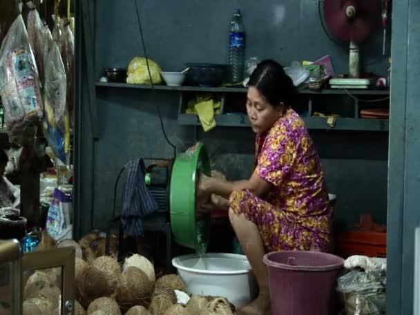 Žena extrahování kokos v Sihanoukville trhu