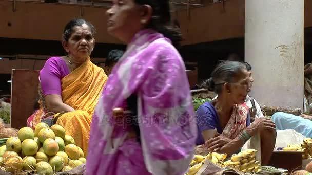 Ženy prodávají ovoce a zeleniny na trhu v Goa, Indie