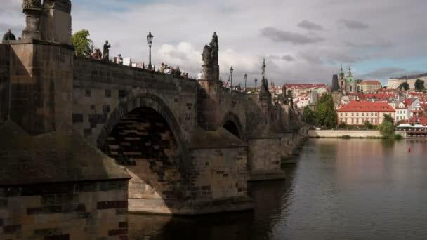 Statické klip Karlův most, Pražský hrad a řeku Vltavu na pozadí. Mnoho turistů se na mostě