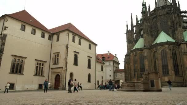 Pomalé posouvání přes náměstí za katedrála svatého Víta na Pražském hradě. Katedrála je na pozadí