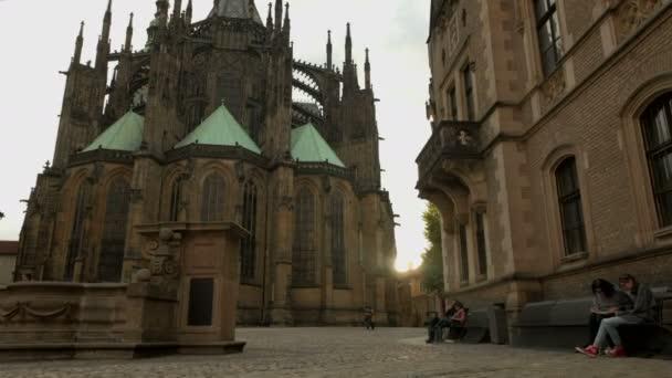 nakloněná rovina vyskočila na náměstí za katedrála svatého Víta na Pražském hradě. Zapadající slunce praskne zpoza katedrála