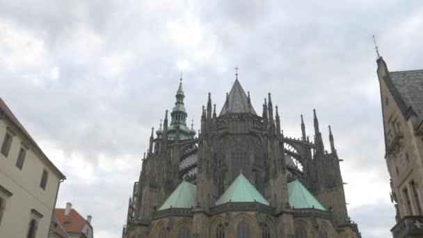 Naklonit dolů z chrám sv. Víta na Pražském hradě. Turisté jsou pěší náměstí