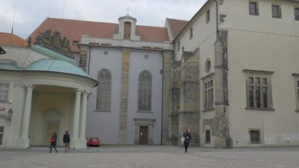 Krátké pan přes náměstí za katedrály sv. Víta v Praze, Česká republika