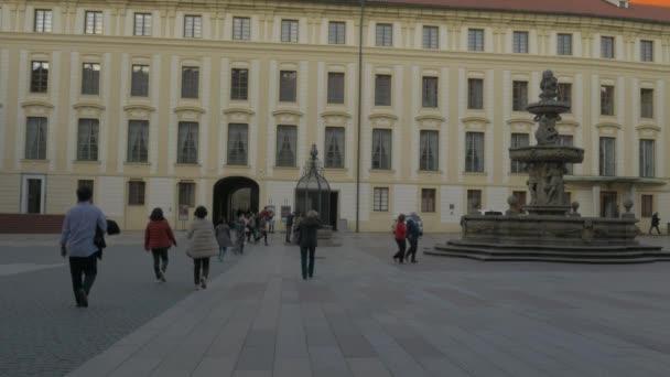 Naklonit nahoru od prezidentů kanceláře na Pražském hradě do věže baziliky svatého Jiří na pozadí