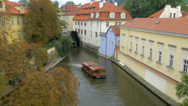 Klasické hledání výletní loď opouští Devils proudu pod Karlův most v Praze
