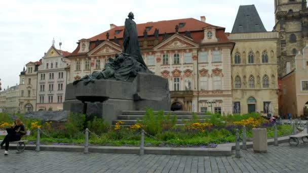 Kamera se pohybuje směrem k pomníku Jana Husa v Old Town Square Prague