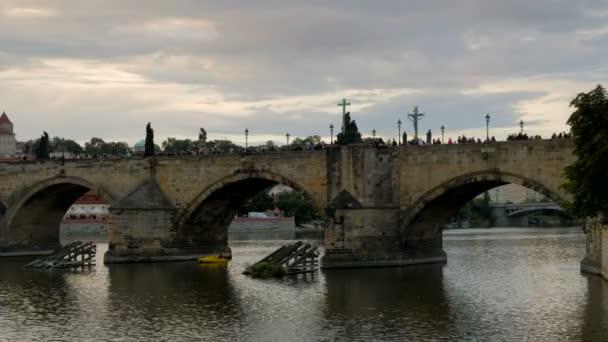 Pomalé posouvání přes Karlův most na Pražský hrad v podvečer