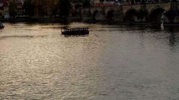 Naklonit nahoru od Vltavy na Karlův most a Pražský hrad večer