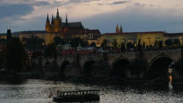 Time-Lapse Karlův most a Pražský hrad za soumraku jako město světel