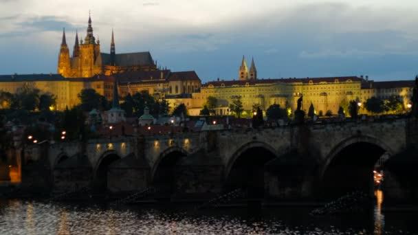 Statické modrá hodina klip na Karlův most a Pražský hrad za soumraku. Most a hrad se rozsvítí