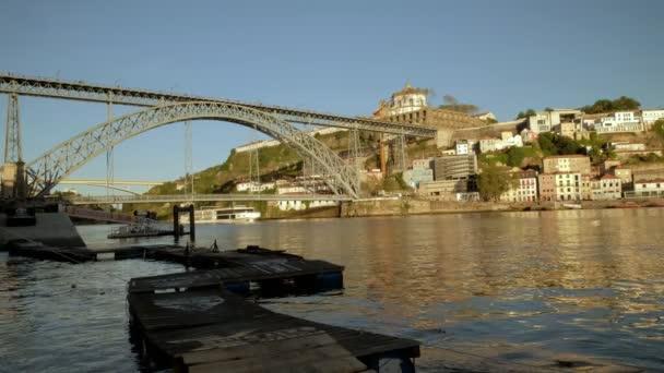 Nízký úhel široký klip mostu Ponte Luis v Portu jako velký říční výletní člun prochází pod