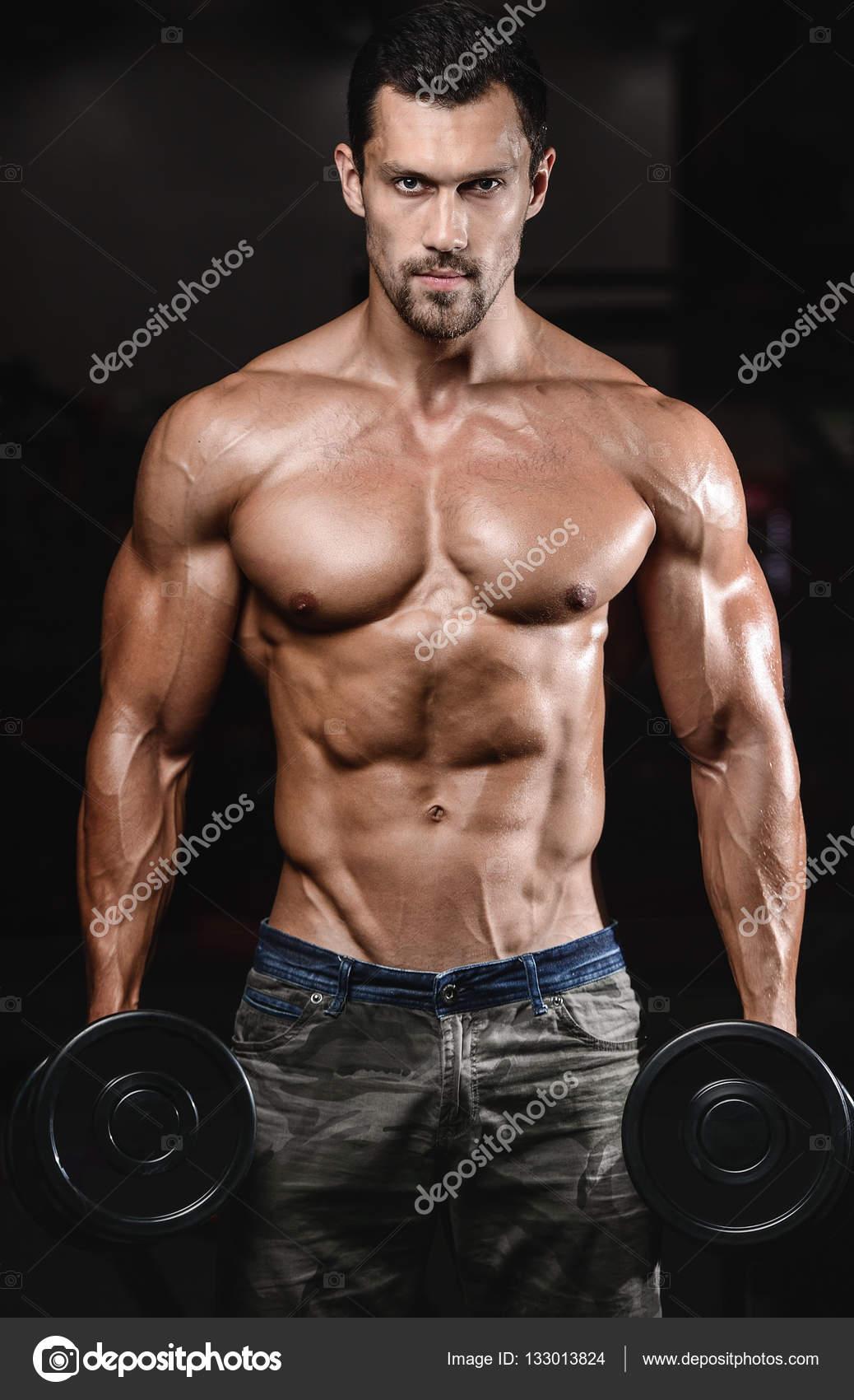 hombre con entrenamiento de pesas en el club de deporte de equipo de ...
