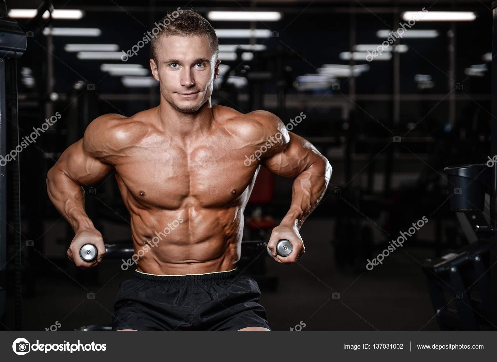 meztelen férfi fitness modellek
