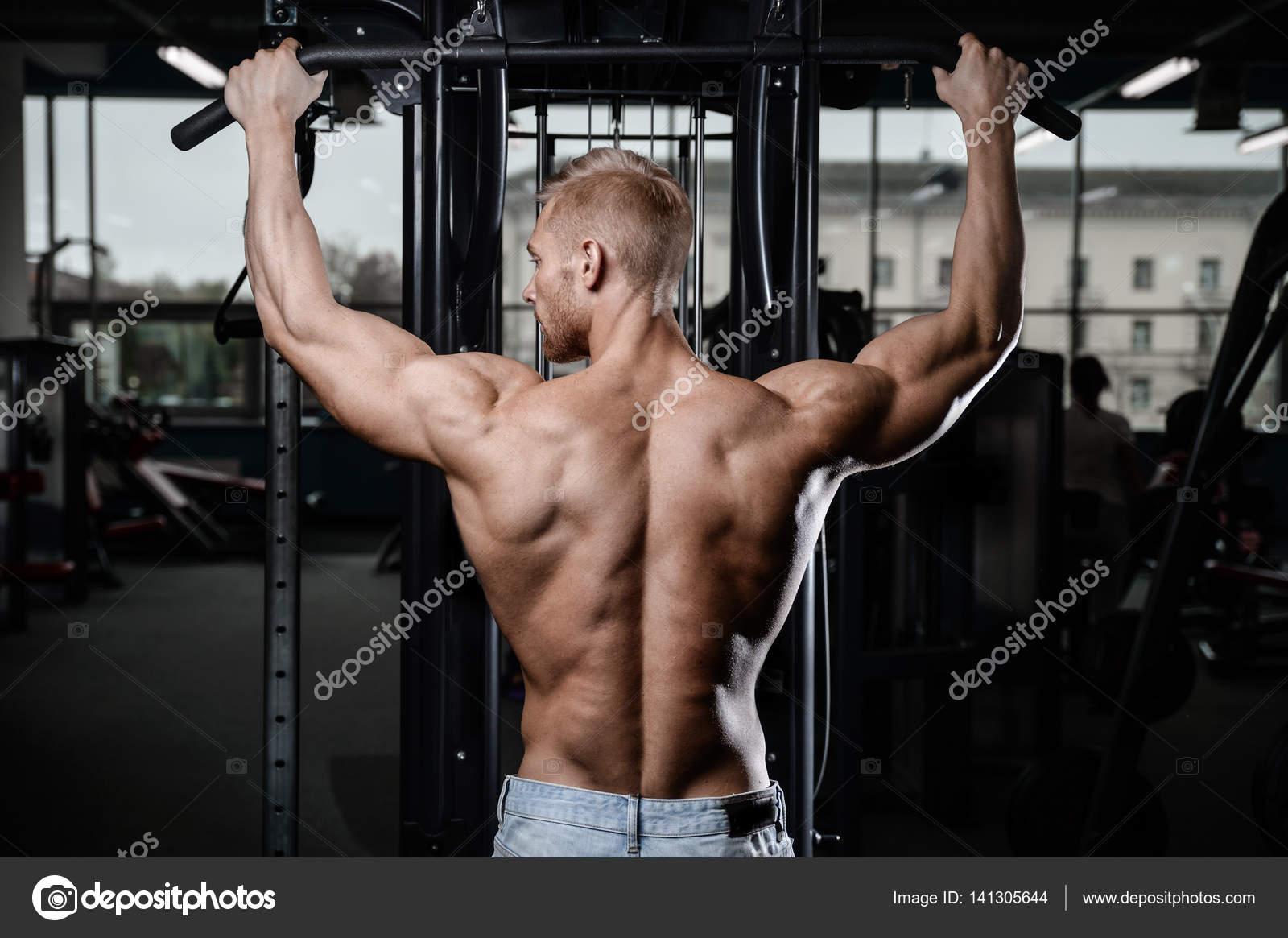Rückenmuskel mans wieder männlichen Bodybuilder den Rücken beugen ...