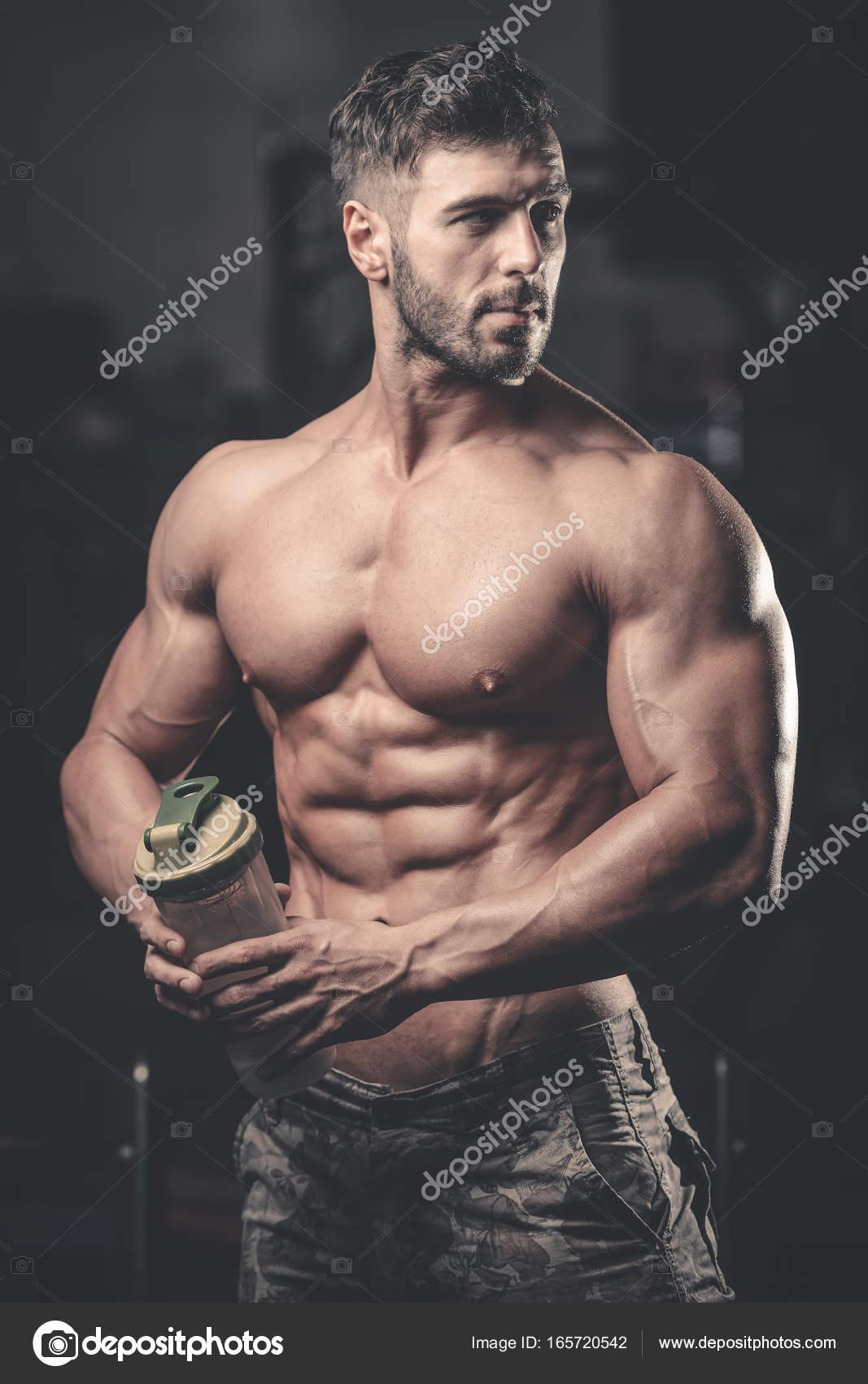 Uomo Muscolare A Riposo Dopo Lesercizio Fisico E Bere Da Shaker