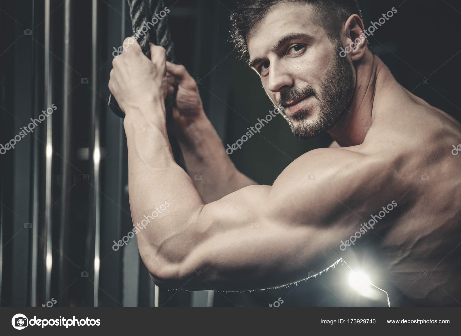 Bel homme musclé de Caucasiens d apparence modèle travaillant les bras  formation gym prendre du poids 652f29725f8