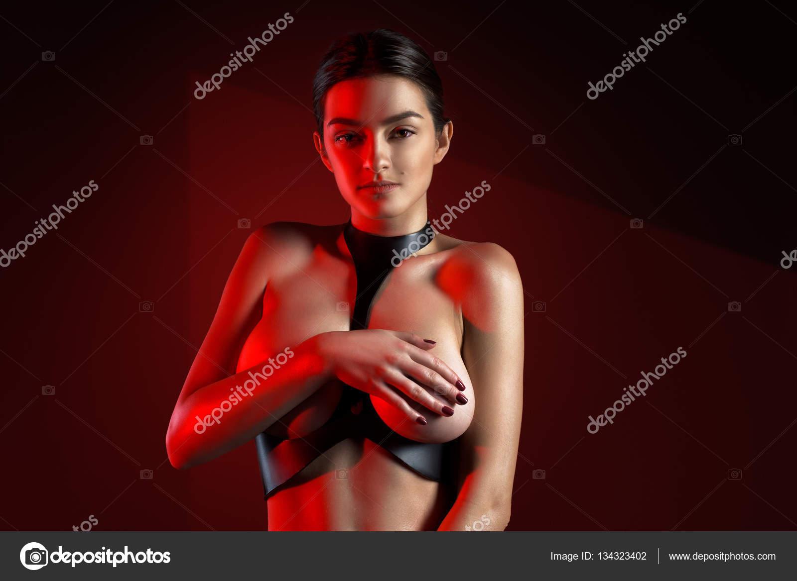 Download Free Videos Women Posing Naked 88