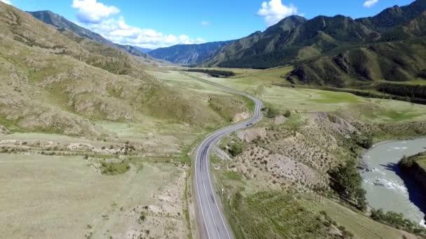 Panoramatický pohled horské řeky a silnice