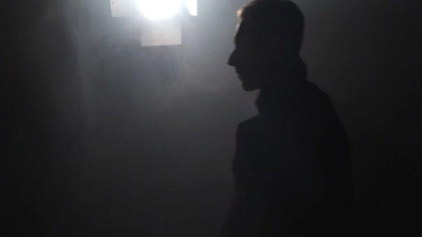 Hombre Silueta Sombrero Cuarto Oscuro — Vídeos de Stock © sigma1850 ...