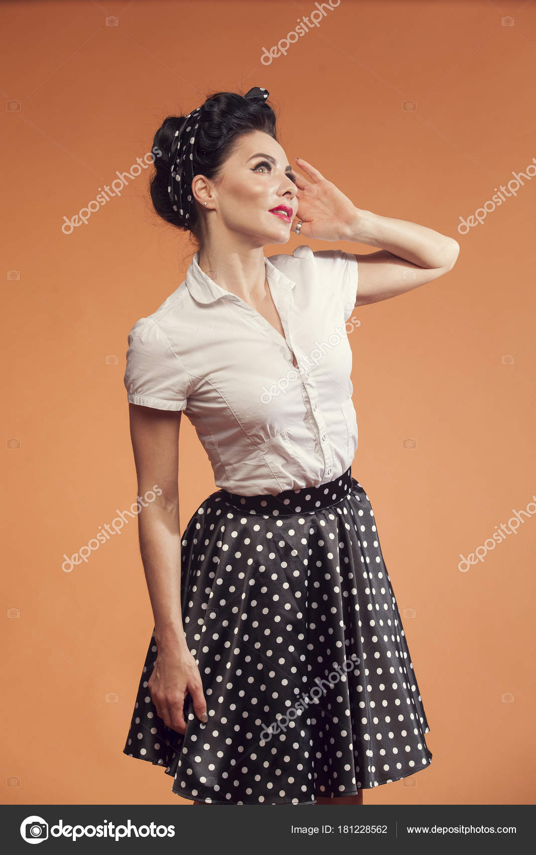 5b6cfa5c9a935b Jeune Femme Jupe Pois Sur Fond Orange — Photographie sigma1850 ...