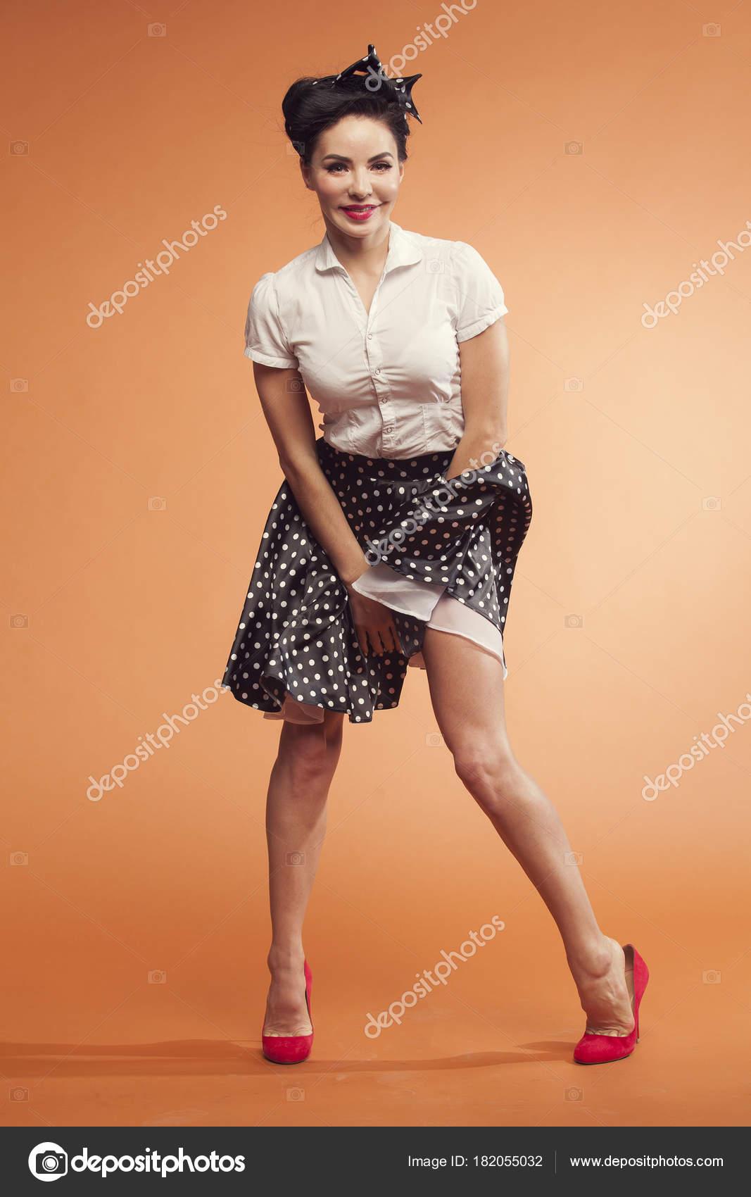 Фото девушки поднимают юбки