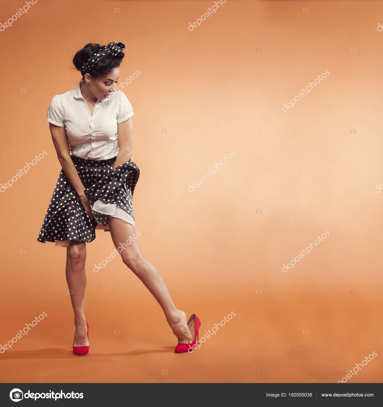 Телка на празднике задирает юбку
